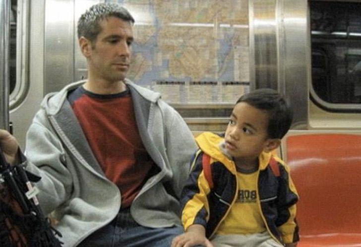 Captura de Pantalla 2021 04 07 a las 16.19.39 - Bela evolução: 15 fotos de um garoto adotado por um casal homossexual que o encontrou no metrô