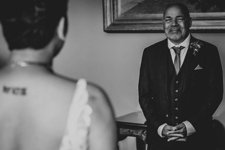 8 46 - 15 veces que los fotógrafos captaron la complicidad entre padres e hijas justo antes de sus bodas