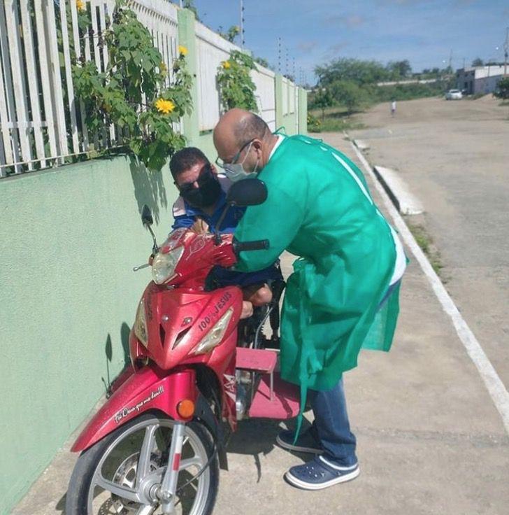 Captura de Pantalla 2021 06 18 a las 15.19.06 - Enfermero cargó en brazos a paciente con discapacidad luego de vacunarlo. Lo llevó hasta su vehículo