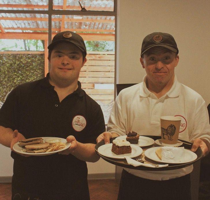 Captura de Pantalla 2021 07 30 a las 15.52.48 - Cafetería inclusiva reabrió sus puertas con meseros con síndrome de Down. Quieren dar más empleos