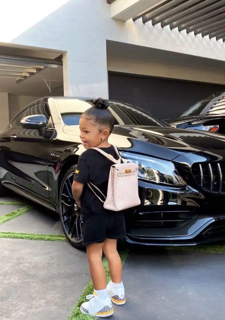 mochila stormi2 - Kylie Jenner envió a Stormi al colegio con lujosa mochila. Lleva 12 mil dólares en la espalda