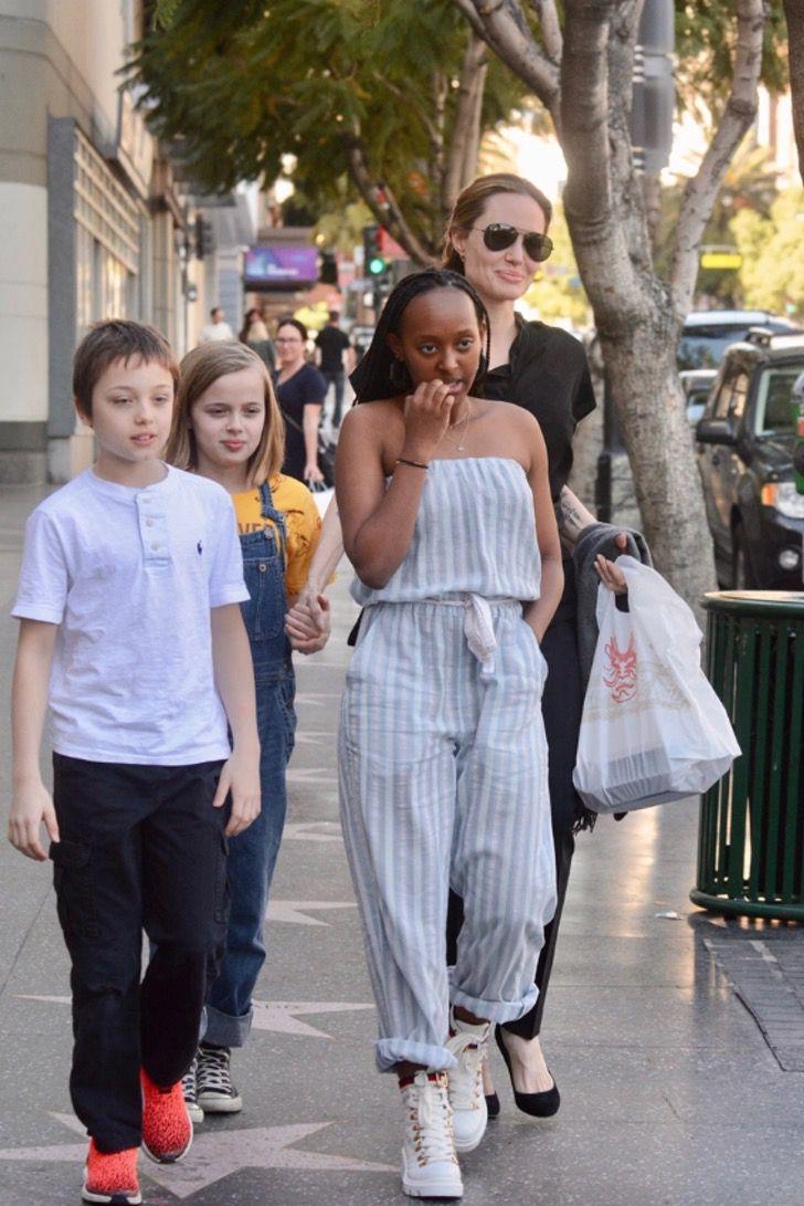 diferencias angelina brad2 - 16 fotos de la diferencia entre cómo se lleva Angelina Jolie con sus hijos y cómo lo hace Brad Pitt