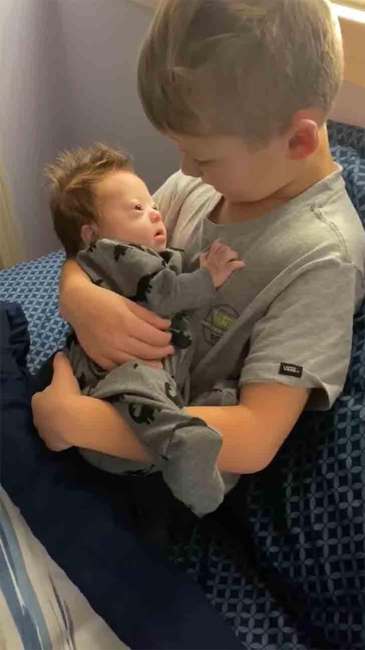 madre hijo tripp004 - Madre encontró a su hijo mayor cantándole a su hermanito con síndrome de Down. Es su principal apoyo