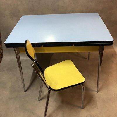 table de salle a manger en formica bleue jaune et blanche 1950s