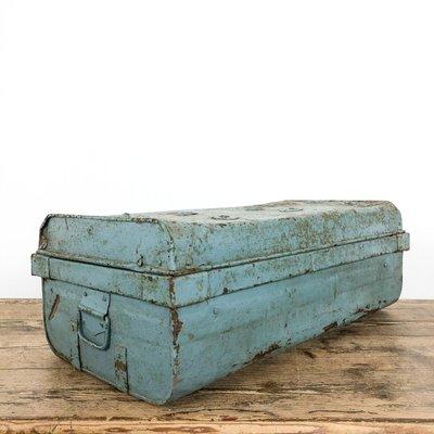malle industrielle vintage en metal bleu clair