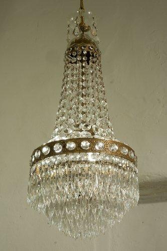 Questo lampadario in ottone è uno splendido esemplare vintage che ho decorato in bianco per un look elegante e leggero, shabby chic. Lampadario Vintage In Ottone E Cristallo Anni 40 In Vendita Su Pamono