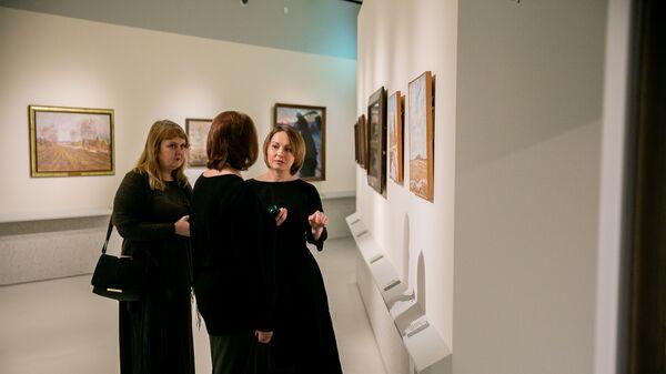 Посетители выставки в Музее русского импрессионизма в Москве. 13 февраля 2019