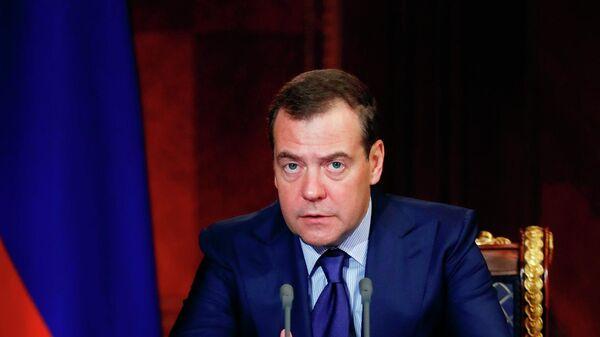 СМИ: Медведев подписал постановление о регистрации машин в автосалоне