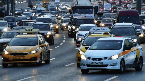 Автоэксперт оценил предложение пересадить чиновников на такси