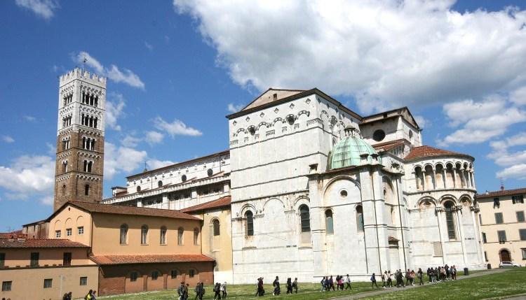 Кафедральный собор, как видно из стен Лукки