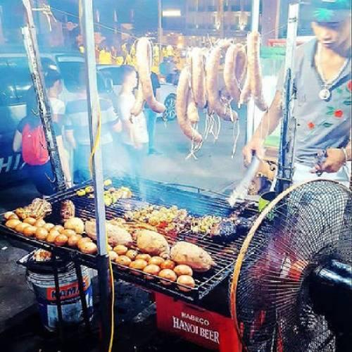 Sau một ngày dài khám phá, không có gì quyến rũ hơn là mùi thơm tỏa ra từ những bếp than và thịt nướng - một kiểu đồ ăn đường phố phổ biến của Việt Nam.