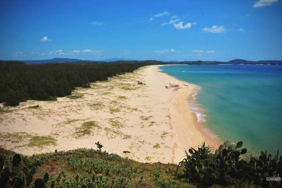 """Gành Ông cắt ngang bãi biển, một bên là Bãi Xép - địa điểm du lịch vốn khá nổi tiếng, một bên là bãi biển được ngăn cách với """"thế giới bên ngoài"""" bằng một rừng phi lao xanh rì dày đặc."""