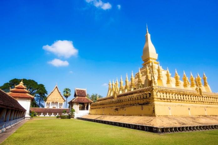 Pha That Luang: Pha That Luang nằm ở phía đông Viêng Chăn là khu tháp thờ Phật giáo, được xây dựng vào năm 1566, trên phế tích của một ngôi đền Khmer xây dựng vào thế kỷ 13. Theo truyền thuyết, trong tháp có lưu giữ xá lợi của Đức Phật là một sợi tóc và rất nhiều châu báu. Ngày nay, Pha That Luang là biểu tượng quốc gia của Lào, được in trên tiền giấy, quốc huy, xuất hiện trên các con dấu và là nơi tổ chức lễ hội Bun That Luang. Ảnh: Tripsavvy.