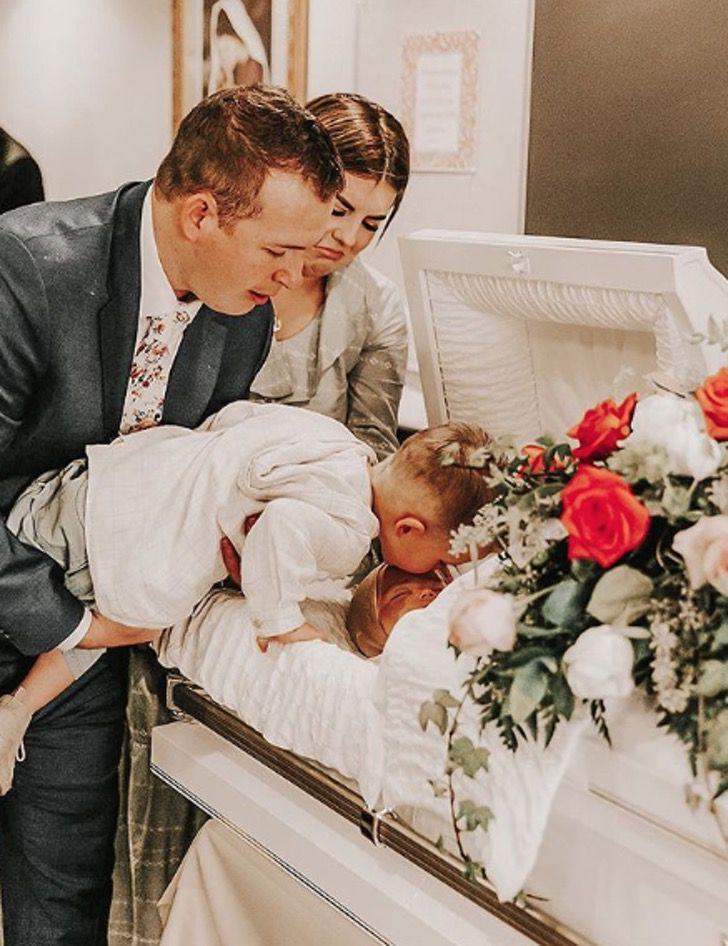 Captura de Pantalla 2020 07 14 a las 17.45.28 - Niño siente a su hermano vivo, luego de despedirlo con un beso. Ellos aún ríen y juegan juntos