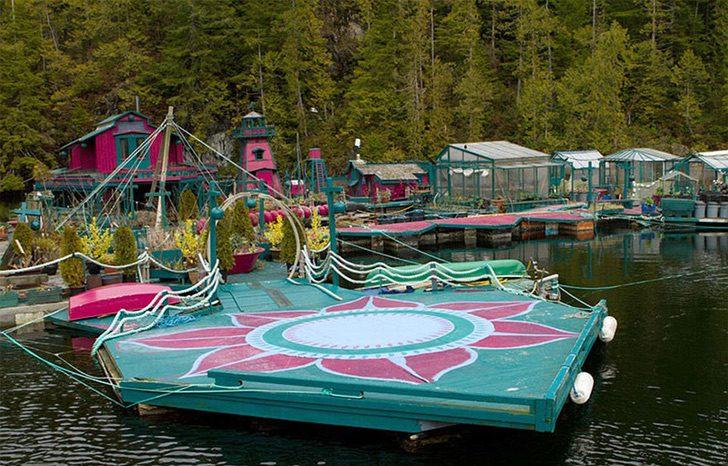 casa flotante auto sostenible wayne adams catherine king 18 - Pasaron 20 años construyendo la casa de sus sueños: Una verdadera isla flotante y autosuficiente