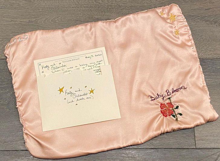 Katy Perry Taylor Swift0000 - Katy Perry recibió el regalo más bello y considerado de Taylor Swift. Tejido a mano para su bebita