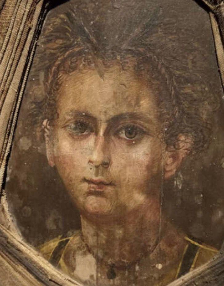 Captura de Pantalla 2020 10 22 a las 13.52.31 - Encontraron una momia con un retrato pegado a la cabeza del ataúd. La tecnología recreó a la niña