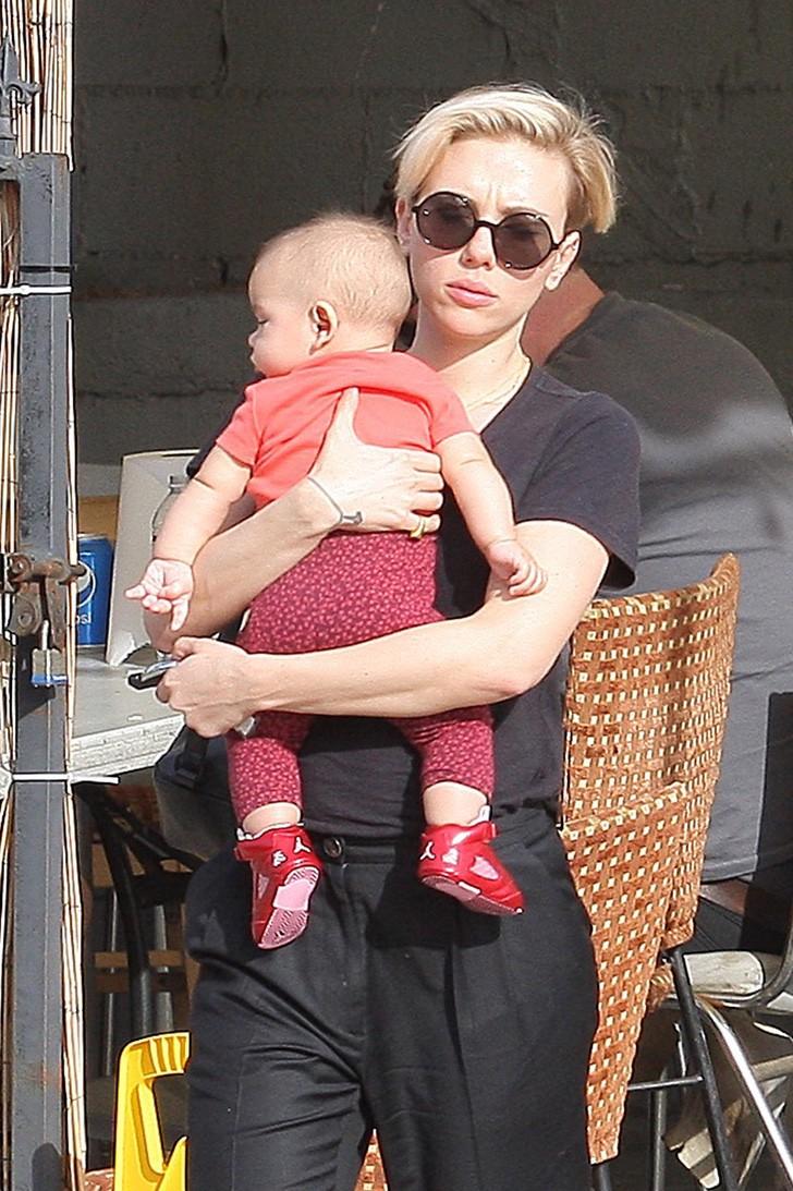 1 92 - 10 celebridades que ocultan a sus hijos de sus fans. Adele siempre le cubre la cara