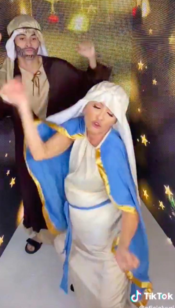 yuri baila virgen 0000 - Critican a Yuri por disfrazarse y bailar como la Virgen María. Lo consideraron una burla ofensiva
