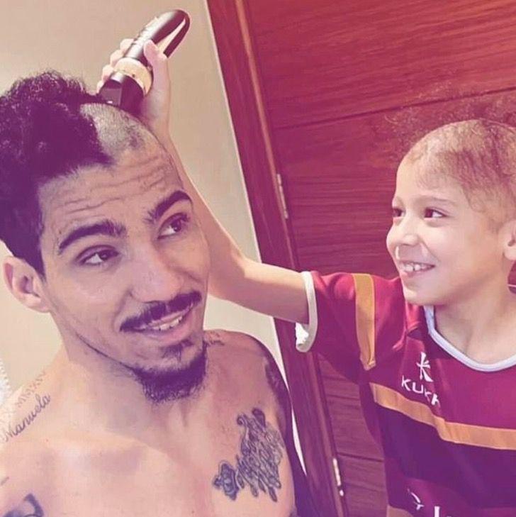 Captura de Pantalla 2021 02 03 a las 13.44.47 - Futbolista rapó su cabeza en apoyo a su hijo con alopecia. No tiene pelo, pero si un gran padre