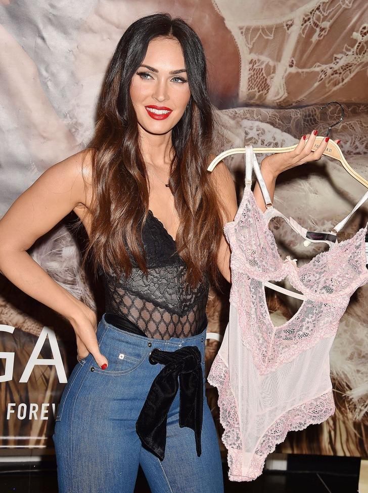 14 48 - 20 famosas que usaron blusas transparentes en público. Bella Hadid olvidó el sujetador en casa