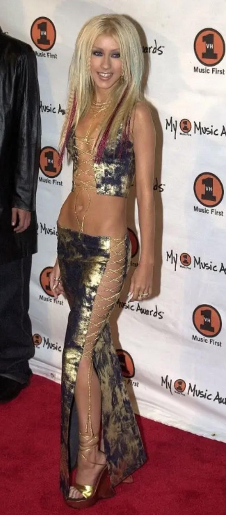 """15 12 - 25 terribles looks que los famosos presumían como """"estilosos"""". Christina Aguilera mostraba su tanga"""
