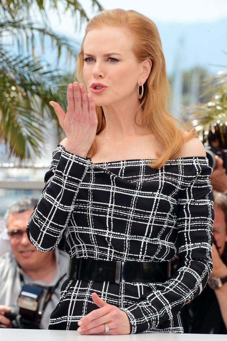 15 35 - 23 famosas que lanzan besos apenas ven una cámara cerca. Emma Watson es toda una profesional