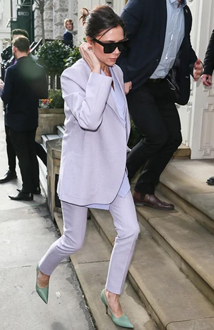 4 67 - 22 veces que las famosas se lucieron con trajes coloridos. Kendall los usa sin camiseta ni sujetador