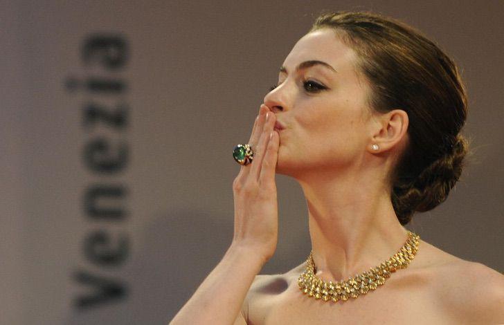 7 54 - 23 famosas que lanzan besos apenas ven una cámara cerca. Emma Watson es toda una profesional