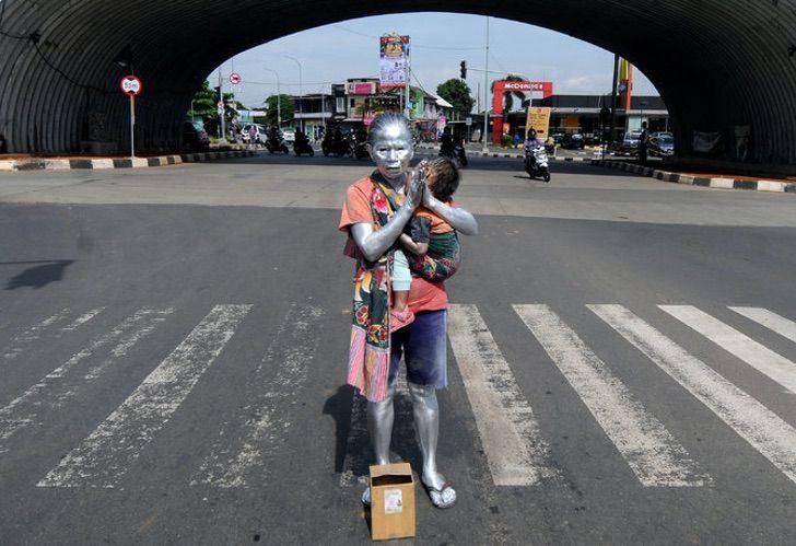20210403225717 3 nenek manusia silver di tangerang 006 debby restu utomo - Anziana lavora come statua tutti i giorni per dare da mangiare al nipotino di due anni