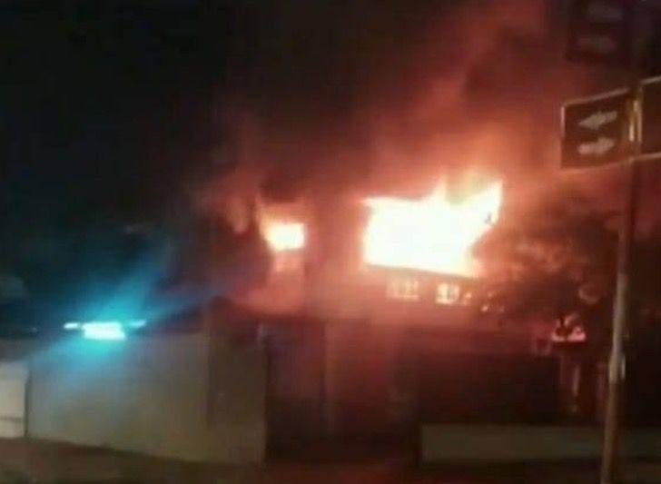 Captura de Pantalla 2021 05 25 a las 15.33.42 - Madre entró a su casa en llamas para rescatar a su hija. La pequeña se escondió debajo de una cama