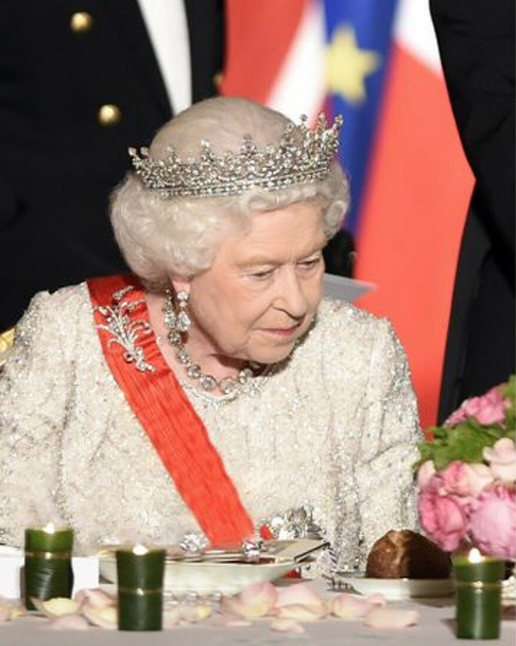 1 100 - 10 requisitos que debe cumplir el personal de la realeza para brillar ante la reina