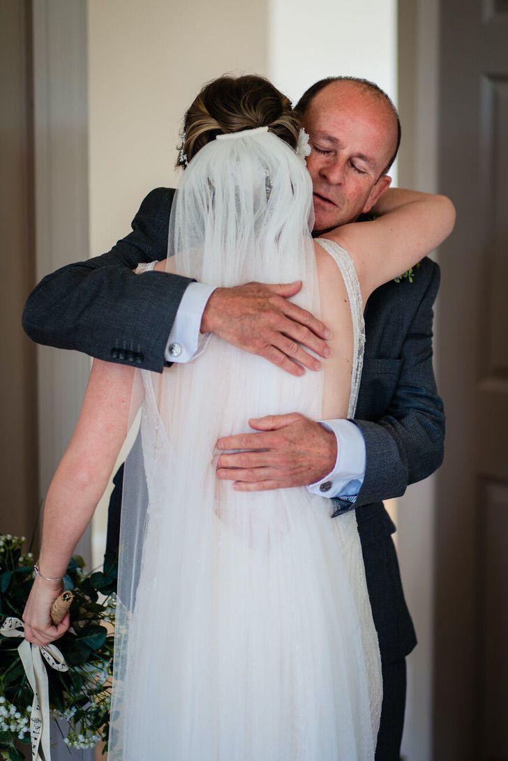 12 29 - 15 veces que los fotógrafos captaron la complicidad entre padres e hijas justo antes de sus bodas