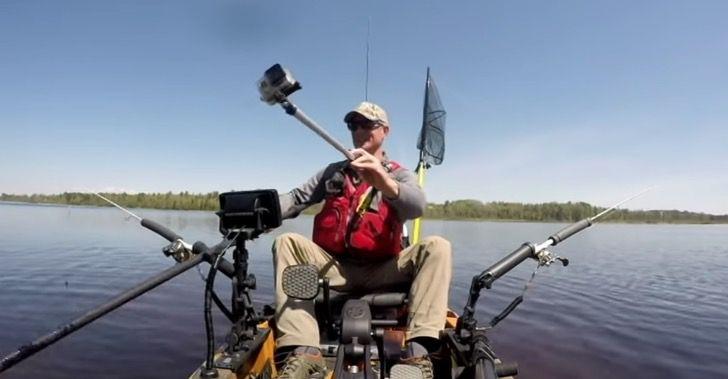 Captura de Pantalla 2021 06 07 a las 17.51.19 - Pescador salvó a una ardilla que era atacada por peces en un río. La subió a su bote con un remo