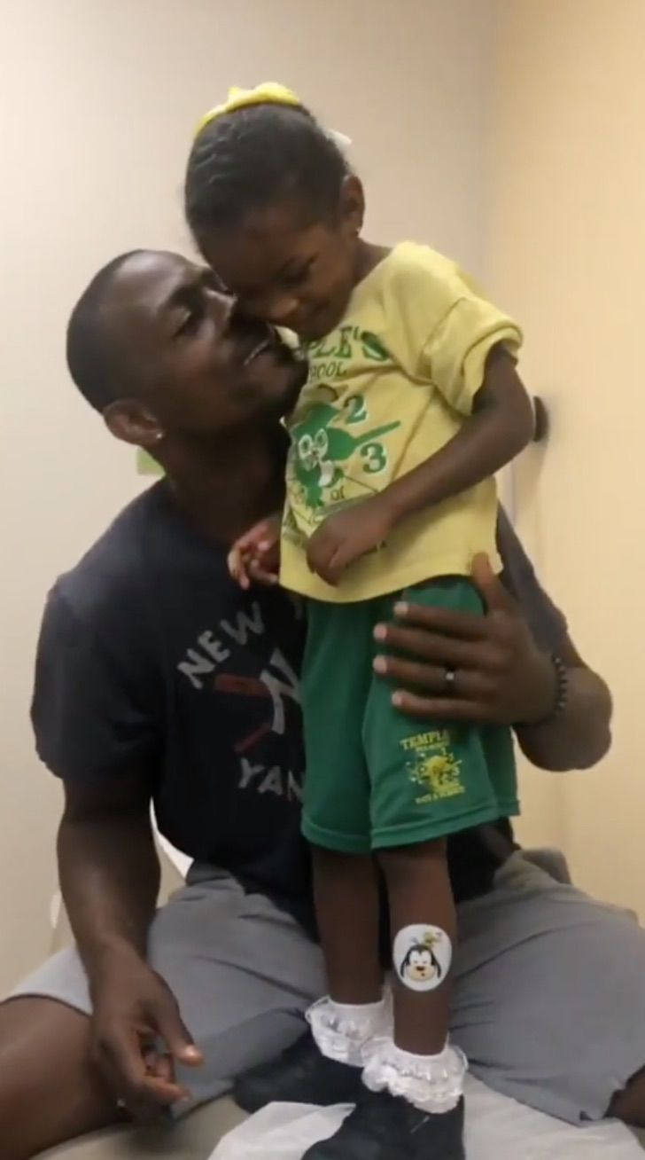 Captura de Pantalla 2020 07 24 a las 17.06.05 - Papá finge ser vacunado primero para que su pequeña hija no sienta miedo. Con cariño la tranquilizó