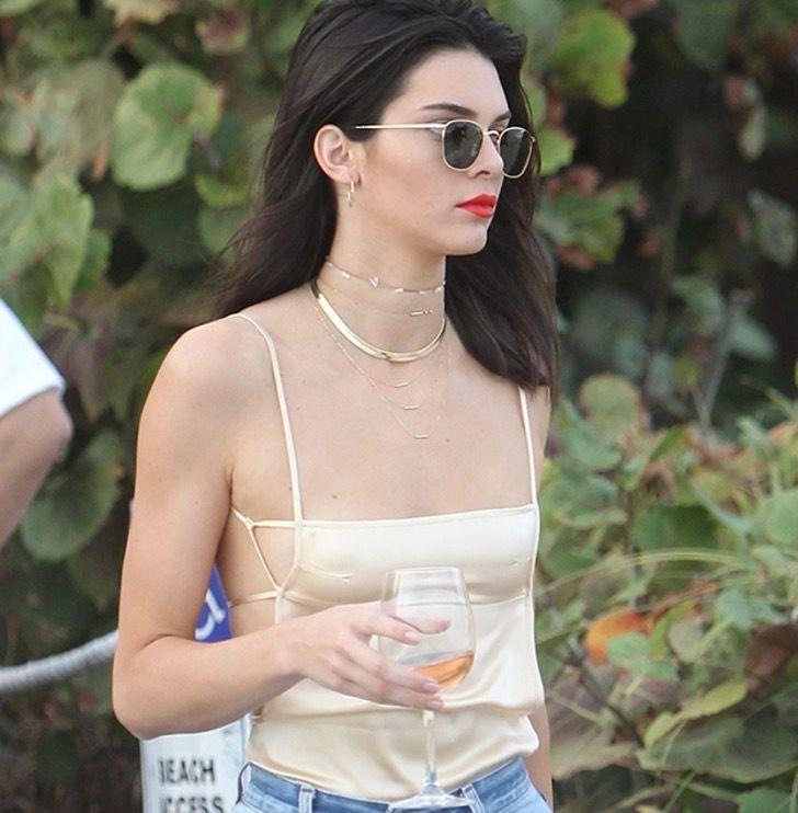 famosas tops14 - 14 mujeres famosas que son fanáticas de usar tops tan pequeños que apenas las cubran