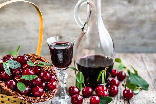 Słodka nalewka czereśniowa: sprawdzony przepis na smak lata [WIDEO]