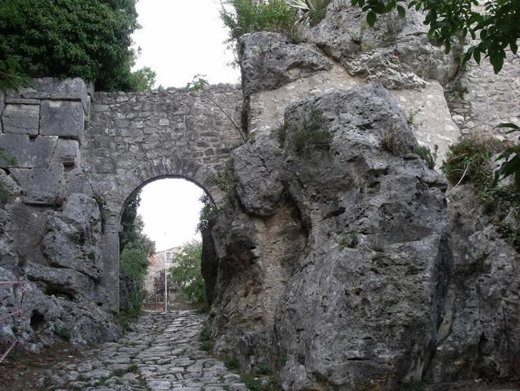 Порта Романа в Сатурнии Тоскана Италия