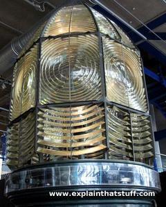 Gros plan d'une lampe de phare factice montrant la lentille et des prismes Fresnel.