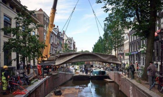 Първият в света 3D отпечатан мост от неръждаема стомана, инсталиран в Амстердам.