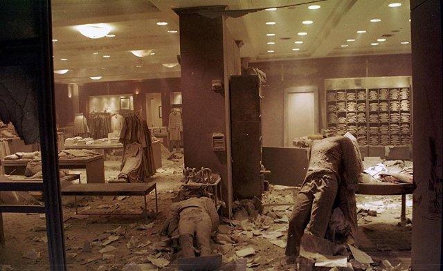 Магазин одежды возле башен Всемирного торгового центра после теракта 11 сентября 2001 года в Нью-Йорке