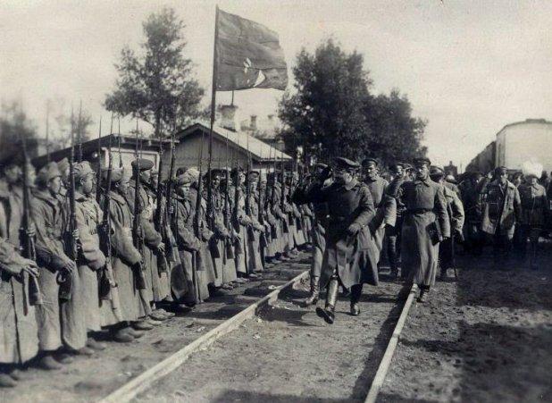 Лев Троцкий обходит войска