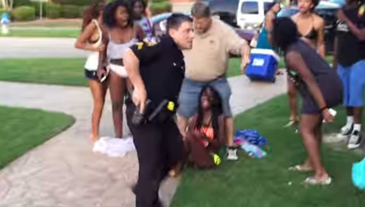 texas-police-officer-on-administrative-leave-afte-2-4406-1433818783-7_dblbig