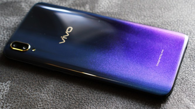Vivo V11 review - starry night gradient back plate