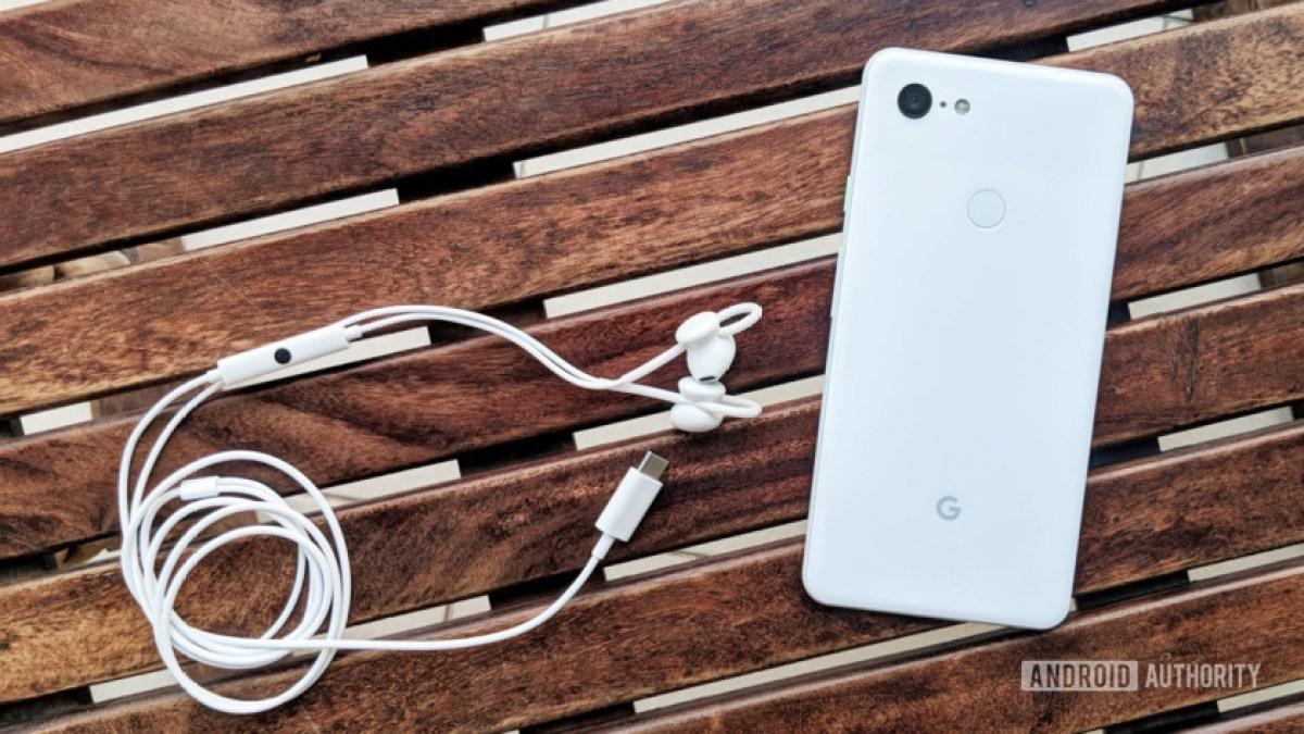 Fones de ouvido Google Pixel USB-C em branco ao lado do Google Pixel 3.