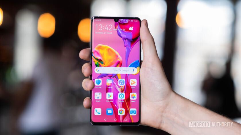 Huawei P30 Pro screen in hand (15 of 60)