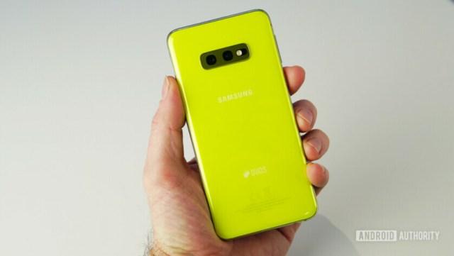Samsung Galaxy S10e в руке назад