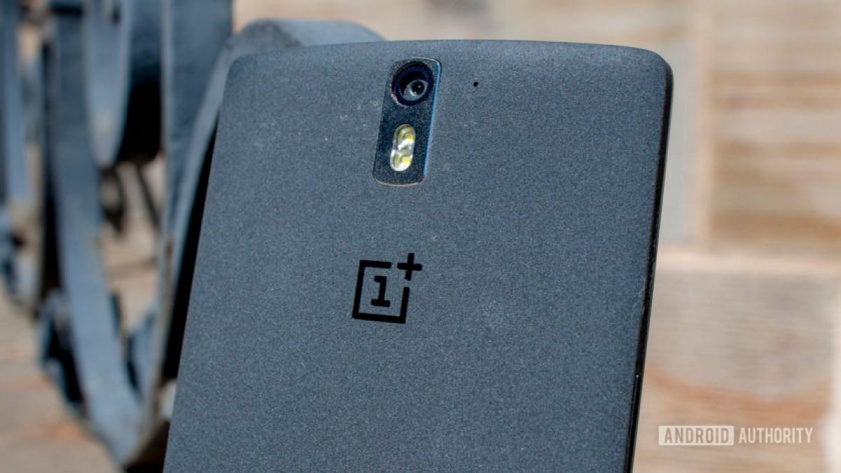 Макрофотография задней части OnePlus One, показывая его единственную заднюю камеру.