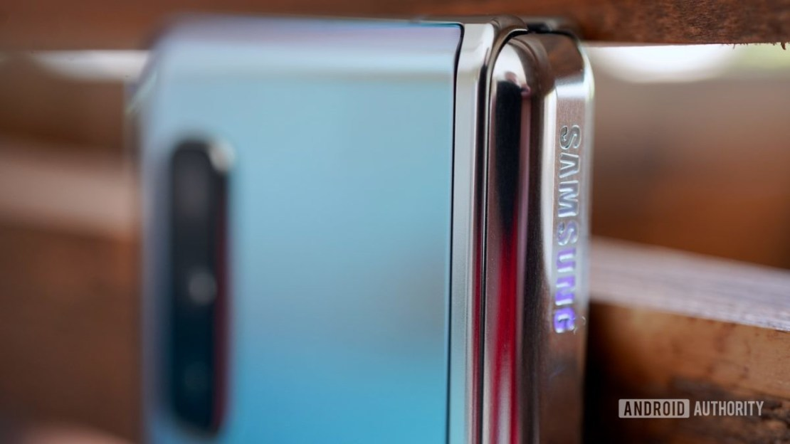 Samsung Galaxy Fold Review spine logo