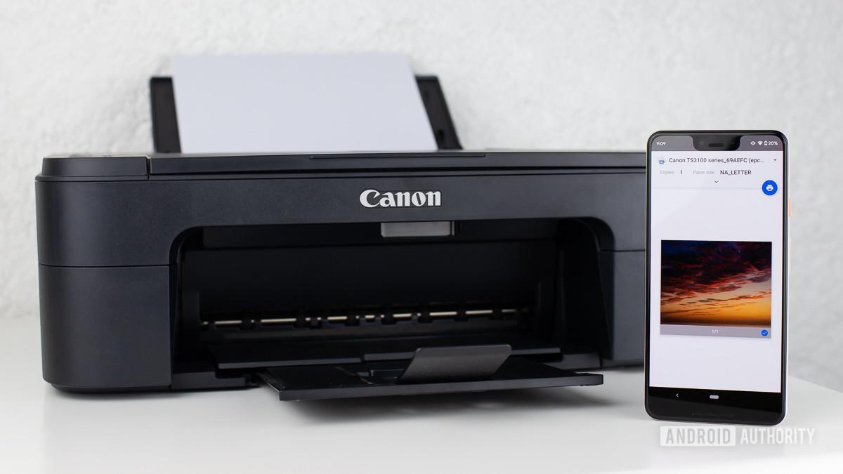 Виртуальный принтер Google на смартфоне рядом с принтером Canon